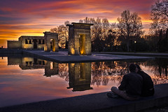 _DSF9391 (JF Marrero) Tags: españa spain madrid arguëlles arguelles edificio building templo temple debod egipcio egyptian arte art atardecer puesta ocaso dusk colores colors colours amarillo yellow naranja orange dorado gold piscina pool charco pond fuente fountain parque park pareja couple hombre man chico guy mujer woman chica girl beso kiss reflejos reflections