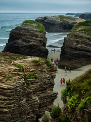 ...caminando entre catedrales... (puesyomismo) Tags: playa mar oceano atlantico rocas acantilado turistas paseo gente cielo azul olas hierva pasillo galicia paisaje beach sea ocean atlantic rocks cliff tourists walk people sky blue waves boil corridor landscape plage mer océan atlantique rochers falaise touristes promenade personnes ciel bleu vagues bouillir couloir galice paysage strand meer ozean atlantik felsen klippe touristen spaziergang menschen himmel blau wellen kochen korridor galizien landschaft