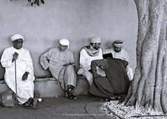 men in conversation (Oman) (gabi lombardo) Tags: persone men uomini männer incontro treffpunkt conversation sitting oman mani hands hände füse piedi basone stock sandali copricapo caftani
