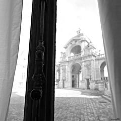Fenêtre sur cour (Un jour en France) Tags: monochrome fenêtre carré square château canoneos6dmarkii ef1635mmf28liiusm noiretblancfrance noiretblanc chantilly