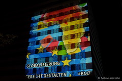Staatlich bunt (Sockenhummel) Tags: 2018 berlinleuchtet festivaloflights fol bundesministeriumfürwirtschaftlichezusammenarbeit fuji xt10 berlin nacht night licht lichtkunst beleuchtung haus gebäude globalisierung hochhaus