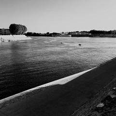 La pêche, ça commence de bonne heure... (woltarise) Tags: france rhône streetwise iphone7 arles pêcheur tôt matin soleil
