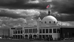 Black and white union flag (WISEBUYS21) Tags: spanish city dire straights whitley bay dome black white overcast day stormy union flag red blue colour northeastofengland northshields tyne wear newcastle upon wisebuys21 fun fair seaside resort holiday
