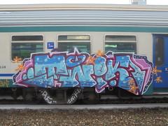 083 (en-ri) Tags: twiki azzurro twik arrow rosa nero stelline train torino graffiti writing arancione