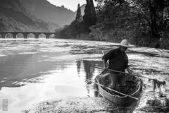 Nettoyer la rivière (TchinChine !) Tags: anhui chine montagnesjaunes pays 安徽 黄山