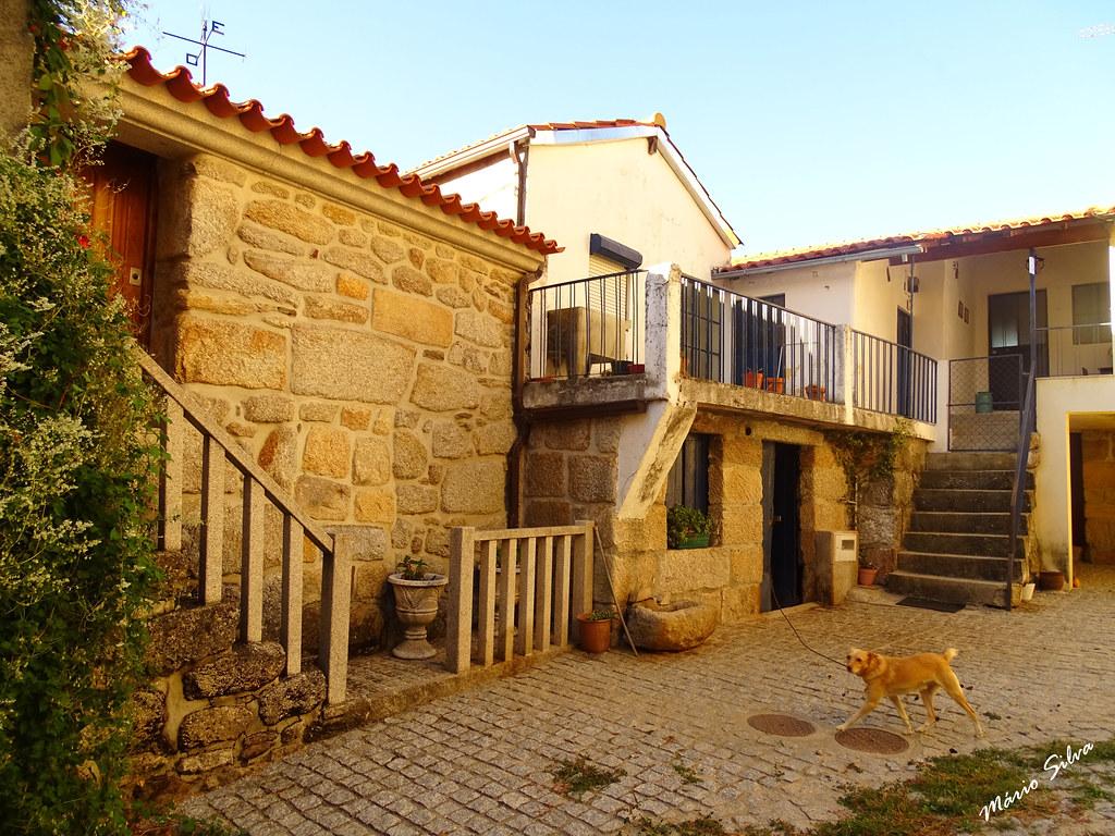 Águas Frias (Chaves) - ... o cão, a casa e a capela ...