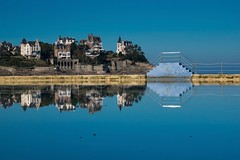 la piscine de mer (Patrick Doreau) Tags: piscine swimmingpool eau water reflet reflection maison houses bleu blue dinard france bretagne