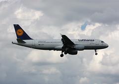 D-AIZN Airbus A320-214 Lufthansa (corkspotter / Paul Daly) Tags: daizn airbus a320214 a320 5425 l2j 3c674e dlh lh lufthansa 2013 davvj 20130125 lhr
