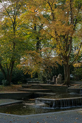 Kuchenbaum (KaAuenwasser83) Tags: kuchenbaum baum bäume herbst brunnen wasser blätter laub gelb natur park garten anlage stadtgarten karlsruhe ast äste holz