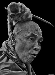 Monje Budista (Luis Bermejo Espin) Tags: luisbermejoespín travel asia tailandia thailand suresteasiático siam budismo buda budistas monjesbudistas dharma iluminación nirvana cuatroverdadesnobles sendero karma enseñanzasdebuda monjes lamas monos templodelosmonos devoción devotos monasterios monasteriosbudistas retrato retratosdelmundo retratosdeasia portrait rostrosdelmundo rostros rostrosdeasia blancoynegros