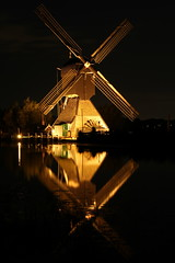 Illuminated windmill (Tripl3 D) Tags: verlicht illuminated windmolen windmill reflectie reflection water waterlelies lily lilypads kinderdijk netherlands nederland licht light canon canoneos650d eos 650d boom tree