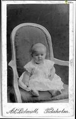 tm_5973 (Tidaholms Museum) Tags: svartvit positiv fotografier dopdräkt möbel stol pojke barn