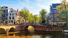 Mooi Amsterdam: Leliegracht. (Peter ( phonepics only) Eijkman) Tags: amsterdam city herfst autumn automne canals grachten gracht water bridges bridge bruggen brug nederland netherlands nederlandse noordholland holland