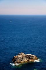 Pointe du Raz (Massimo Frasson) Tags: francia france bretagna bretagne breizh bzh finistère pointeduraz begarraz francianordoccidentale capsizun scogliera scoglio roccia mare oceano panorama landscape blu onde barca barcaavela