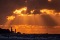 Burning Sky (Heidi St.) Tags: bałtyk himmel kolberg kołobrzeg leuchtturm mola mole ostsee polen polska sky sonne sonnenstrahlen sonnenuntergang strand sun sunset słonce wolken województwozachodniopomorskie pl