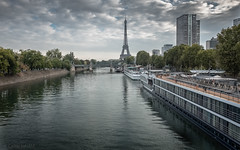Paris 15e (Photographette76) Tags: paris ville town fleuve river seine immeubles buildings bateauxmouches péniches boats tours toureiffel eau water nuages clouds ciel sky