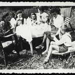 Archiv R286 Kaffee im Garten, Greiz, 1940er thumbnail