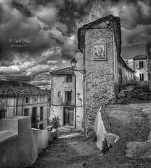 (448/18) Las callejuelas de un pueblo (Pablo Arias) Tags: pabloarias photoshop ps capturendx españa photomatix nubes cielo arquitectura casa calle bn blancoynegro monocromático planes alicante