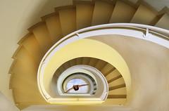 Casi las 8 y cuarto (chuscordeiro) Tags: escalera arquitectura color perspectiva cataluña barcelona vilasar casa interior canon7dmarkii canon1635f4 spain españa hora