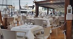 Sul mare (Aellevì) Tags: pescepazzo ristorante tavoli tavolini bianco varazze legno porto