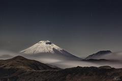 Cotopaxi entre nubes (Sebastián Rodríguez Ecuador) Tags: stars cotopaxi night landscape longexposure volcano ecuador