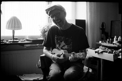 Fun with ukulele (Micke Borg) Tags: 125 rodinal fp4 ilford ver1 35mm summicron m4 leica analogakamerorse sumpan sundbyberg sverige sweden