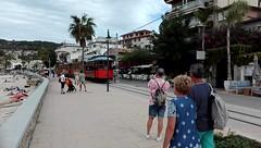 El paso del tranvía... (Leo ☮) Tags: tranvía tram gente people playa beach mar sea sol sunny vacation video paseo octubre october otoño autumn puertodesóller mallorca islasbaleares