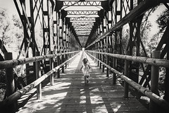 Your legs will take you as far as you want (masag78 / Snapinblack) Tags: puente bridge niña girl correr run lines lineas masag78 snapinblack bw blanco y negro