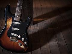 Vide grenier (leaedman) Tags: guitar guitare light lumière ombre shadow vintage relic fender stratocaster srv