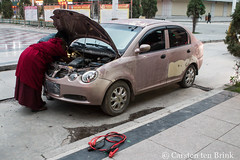 Car trouble in Xiahe (10b travelling / Carsten ten Brink) Tags: 10btravelling 2017 asia asian asien autonomous carstentenbrink china chine chinese gannan gansu gansuprovince gānnán iptcbasic prc peoplesrepublicofchina prefecture sangqu silkroad tibetan xiahe battery car monk province startercable tenbrink trouble 中华人民共和国 中国 夏河 甘肃