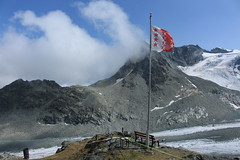 depuis la terrasse de la cabane des Dix (bulbocode909) Tags: valais suisse valdesdix cabanedesdix montagnes nature drapeaux paysages glaciers glacierdumontblancdecheilon nuages vert bleu glacierdetsénaréfien glace neige bancs pointedetsénaréfien groupenuagesetciel