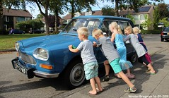 Do kids like classic cars? (XBXG) Tags: 0953ms citroën ami 8 club 1970 citroënami8 citroënami ami8 maartensdijk nederland holland netherlands paysbas vintage old classic french car auto automobile voiture ancienne française vehicle outdoor