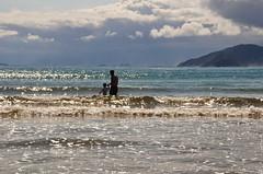 lembranças (Ruby Ferreira ®) Tags: praiadeboracéiasp litoralnortepaulista fatherson sparkling silhuetas silhouettes waves clouds island praiaoceânica forest nuvens turistas tourist