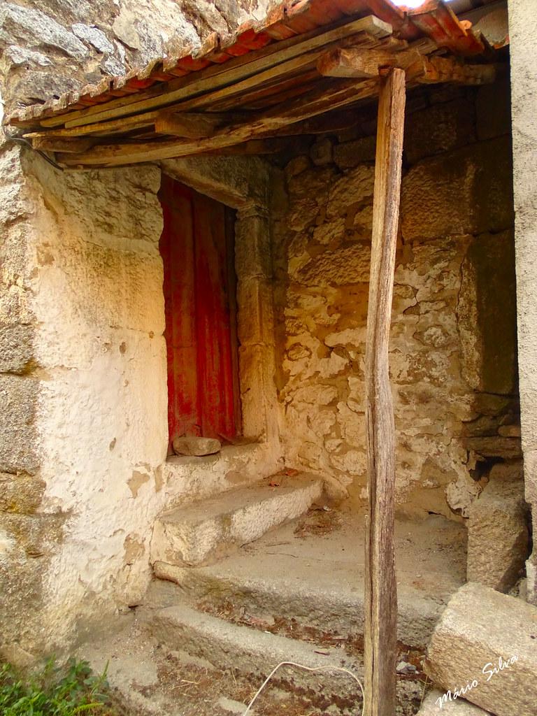 Águas Frias (Chaves) - ... alpendre de uma casa na Aldeia ...
