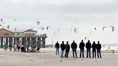 Kites and men (MLe Dortmund) Tags: kite nordsee northsea stpeterording strand beach lumen