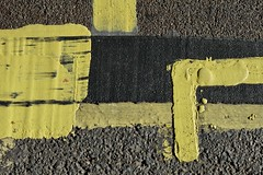 Piccadilly 9oct18 (richardbw9) Tags: london uk westminster city street urban streetshot streetphoto streetphotography piccadilly paint tar road surface macadem streetmarking yellow line thick noparking nowaiting fresh mayfair greenpark