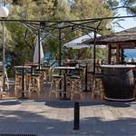 Die Barhocker einer Bar mit Meerblick an einer Promenade auf Mallorca thumbnail