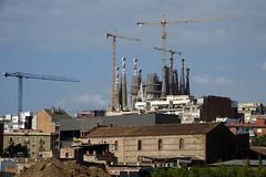 Always building (eric zijn fotoos) Tags: sonyrx10m3 barcelona building gebouw sky lucht bouwplaats buildingsite construction constructie crane kraan project