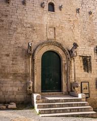13112016-IMGP5332 (Mario Lazzarini.) Tags: chiesa portale colonne historic old scala pietra trani puglia italy