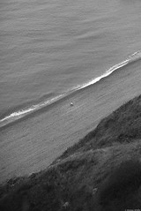 Vagues à l'âme (Mathieu HENON) Tags: leica leicam laphotodulundi monochrome m240 noctilux 50mm nb bnw noirblanc blackwhite france etretat seinemaritime normandie falaise galets plage vagues personne solitude immensité balade