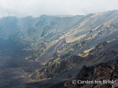The cloud lifts over a crater / valley (10b travelling / Carsten ten Brink) Tags: carstentenbrink 2018 catania etna europa europe iptcbasic italia italian italie italien italy mountetna sicily cmtb volcano volunteering vulcanology
