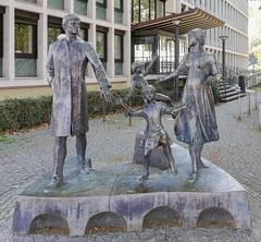 Die Familie / The Family (Gösta Knochenhauer) Tags: 2018 september trier germany deutschland huawei mate 10 lite smart android mobile phone sculpture skulptur plastik bronze img201809301258141nik img201809301258141 nik tyskland
