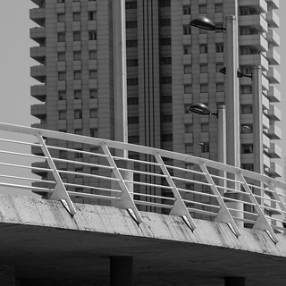 Ponte e grande condominio a torre, vista parziale. Bridge and big tower block apartments, partial view. B&W (Frammenti di Valencia/Valencia's fragments)