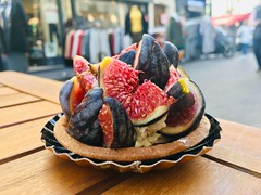 Tartelette aux figues sur le marché de Ternes Paris XVII (sylvain.cross) Tags: pâtisserie paris flou gourmandise patisserie couleurs figues fruits iphone6 france