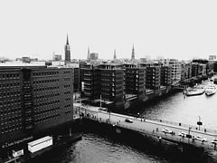 Plaza -> Hafen City / Speicherstadt (C.Kalk DigitaLPhotoS) Tags: hamburg hafencity germany deutschland city stadt cityscape schwarzweis schwarzweiss bw sw bnw blackandwhite monochrome speicherstadt architecture