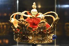 Christian V's Crown (1671) (Bri_J) Tags: rosenborgcastle rosenborgslot kongenshave copenhagen denmark københavn danmark castle museum palace nikon d7500 christianv crown kingchristianv kingofdenmark crownjewels danishcrownjewels gold garnet sapphire paulkurtz