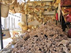 Rosas del desierto (Micheo) Tags: tozeur tunez turistas tourists tunisia tunisie mercado zoco rosasdeldesierto cestas cestos baskets