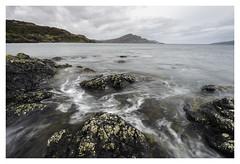 On the rocks (P_Hibon) Tags: ilseofskye schotland scotland rocks rotsen water zee sea mountain bergen baai bay hiddengems verborgenschatten wolken cloudy grijs grey