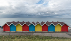 Beach huts - Cabines de plage (Giloustrat) Tags: uk whitby yorkshire cabines k70 pentax nuages multicolor mer saariysqualitypictures pentaxflickraward geometry toit horizon groupenuagesetciel beach