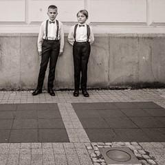 Prepared (Tom Levold (www.levold.de/photosphere)) Tags: fuji x70 poznan posen sw bw schüler schuljungen porträt street pupils portrait schoolboys candid people